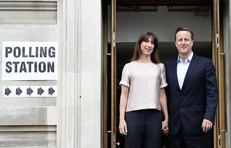 Премьер-министр Великобритании Дэвид Кэмерон и его жена после голосования на выборах