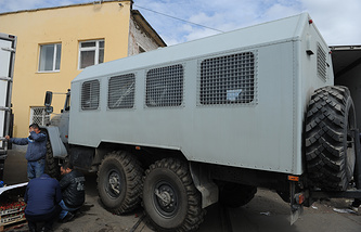 Автомобиль ОМОНа возле овощебазы №4 в Екатеринбурге во время обысков
