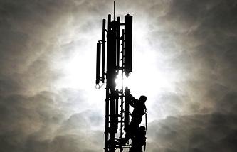 Архив. Рабочие на вышке сотовой связи