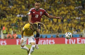 Защитник сборной Колумбии Хуан Суньига в борьбе с бразильским нападающим Неймаром