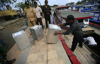 Доставка урн для голосования на избирательный участок в Индонезии