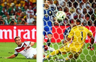 Последний гол чемпионата: нападающий сборной Германии Марио Гетце забивает в ворота сборной Аргентины в финальном матче