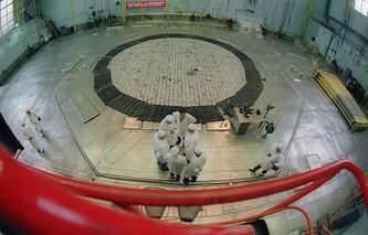"""Остановленный ядерный реактор на химкомбинате """"Маяк"""". 1990 год"""