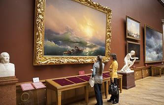 """У картины """"Девятый вал"""" в государственном Русском музее"""