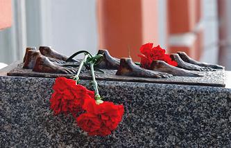Памятный знак жертвам политических репрессий у Санкт-Петербургского государственного университета