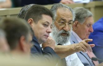 Артур Чилингаров (второй справа) на заседании Совета Федерации РФ