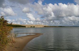 Вид на Куршскую косу и залив от озера Лебедь