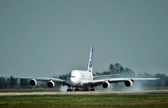 Пассажирский самолет Airbus A380 на аэродроме Раменское.