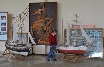 Выставка кинореквизита и съемочной техники в фойе главного офиса Ялтинской киностудии