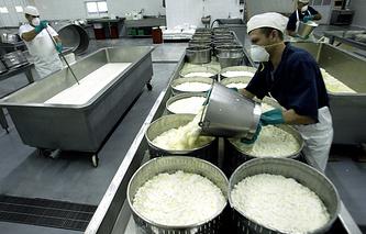 Производство феты на одном из предприятий Греции