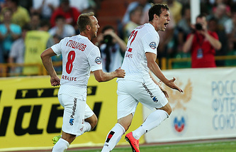 Денис Глушаков (справа) и Артем Дзюба (слева)
