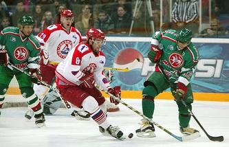 Виталий Прошкин (слева) и Сергей Зиновьев (справа) в зеленой форме, архивное фото, 2005 год