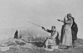 Король Сербии Петр I Карагеоргиевич (сидит) на позициях своей армии во время одного из сражений