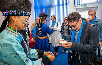 Актёр Сергей Маковецкий (справа на переднем плане) и труппа театра им. Вахтангова во время церемонии встречи в Улан-Удэ