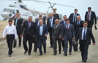 Руководитель Федерального космического агентства Олег Остапенко, вице-премьер РФ Дмитрий Рогозин, президент России Владимир Путин (слева направо на первом плане) во время посещения космодрома Восточный