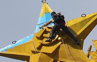 Покраска звезды на доме на Котельнической набережной в первоначальный цвет