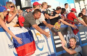 Вратарь российской команды Андрей Бухлицкий (в нижнем правом углу) принимает поздравления от болельщиков