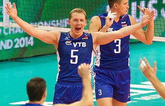 Сергей Гранкин (номер 5) празднует очередное заработанное очко в матче с немцами
