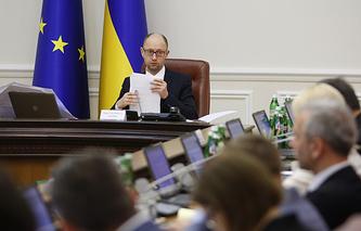 Премьер-министр Украины Арсений Яценюк во время заседания правительства