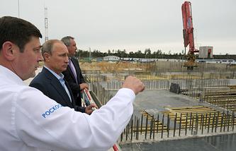 Руководитель Федерального космического агентства Олег Остапенко, президент России Владимир Путин и вице-премьер РФ Дмитрий Рогозин