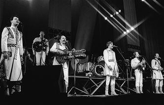 """Вокально-инструментальный ансамбль """"Песняры"""" выступает на сцене Центрального государственного концертного зала. 1982 год"""