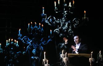 Актер Дмитрий Ермак (Призрак) в сцене из мюзикла