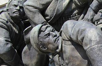 Памятник советским воинам, архивное фото, 2013 год