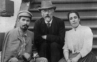 Композитор Петр Ильич Чайковский (в центре) с первыми исполнителями партий Германа и Лизы в опере «Пиковая дама» Николаем и Медеей Фигнер. 1890 год