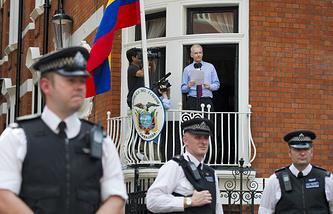 Джулиан Ассанж на балконе посольства Эквадора в Лондоне в 2012 году