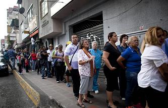 Очередь на продуктовый рынок в пригороде Каракаса, 2014 год