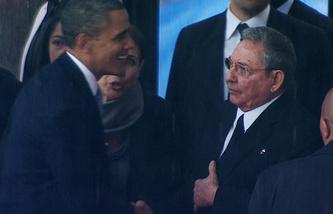 Барак Обама и Рауль Кастро на похоронах Нельсона Манделы, 2013 год