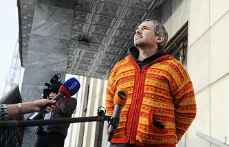 Дмитрий Лошагин на крыльце Октябрьского районного суда Екатеринбурга после освобождения из-под стражи