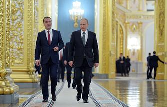 Дмитрий Медведев и Владимир Путин (слева направо) в Георгиевском зале Кремля