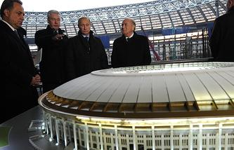 Виталий Мутко, Сергей Собянин, Владимир Путин и Йозеф Блаттер (слева направо) у макета Большой спортивной арены в Лужниках