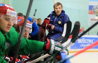 Хоккеисты и главный тренер сборной России Олег Знарок