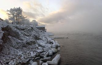 Вид на озеро Байкал с побережья острова Ольхон у поселка Листвянка
