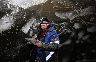 Взятие образцов на дне Ямальской воронки