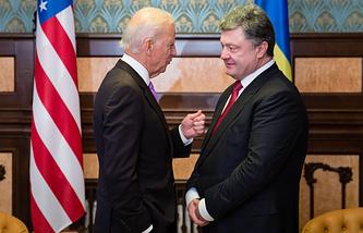 Вице-президент США Джо Байден (слева) во время визита в Киев