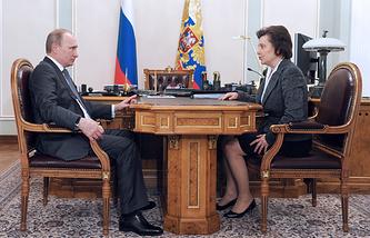 Президент России Владимир Путин и губернатор Ханты-Мансийского автономного округа Наталья Комарова