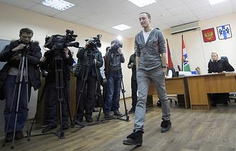Режиссер Тимофей Кулябин (в центре) на рассмотрении дела в мировом суде Центрального района в Новосибирске