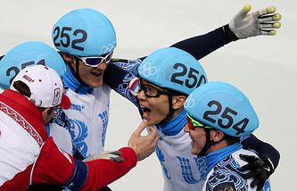Российские спортсмены Семен Елистратов, Владимир Григорьев, Виктор Ан и Руслан Захаров (слева направо), завоевавшие золотые медали в эстафете на 5000 метров в соревнованиях по шорт-треку среди мужчин на XXII зимних Олимпийских играх