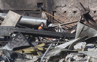 """Спасатели на месте разбора завалов после пожара в торговом центре """"Адмирал"""""""