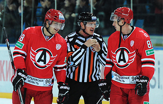 "Игроки ""Автомобилиста"" Филипп Метлюк (слева) и Александр Бумагин (справа)"