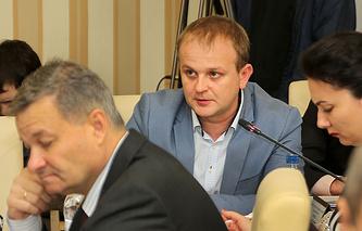 Анатолий Цуркин (в центре)