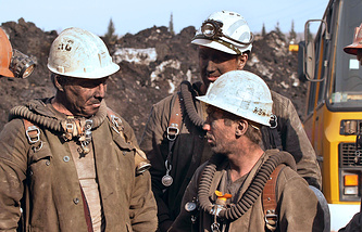 """Спасатели на территории шахты """"Ульяновская"""" после взрыва. 20 марта 2007 года"""
