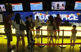 Очередь в кассу в одном из кинотеатров в Пекине