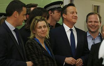 Лидер Консервативной партии Дэвид Кэмерон (в центре)