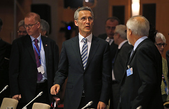 Генсек НАТО Йенс Столтенберг (в центре)