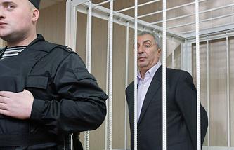 Александр Солодкин-старший (на втором плане)