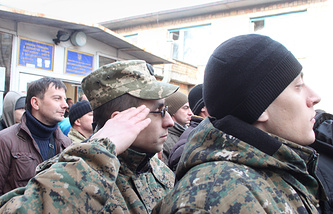 Церемония отправления призывников на военную службу в армию Украины у здания военкомата